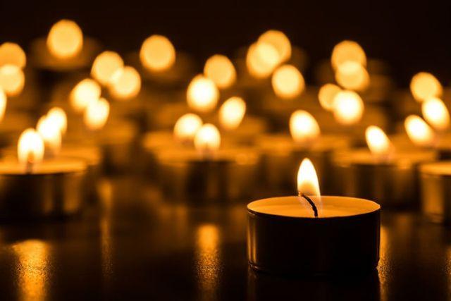 delle candele accese su un tavolo