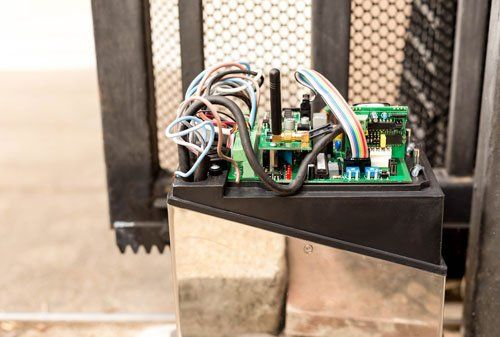 interno di un dispositivo con circuiti elettronici e cavi