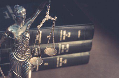 Volumi di diritto e statua della dea Fortuna