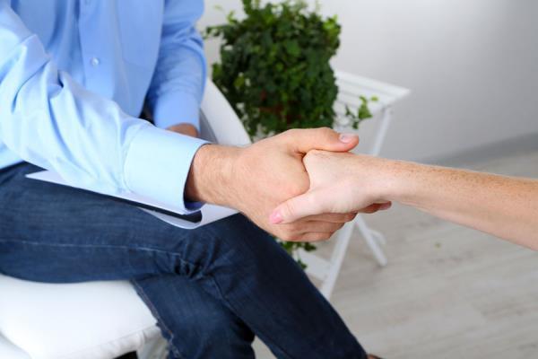 una stretta di mano fra un uomo e una donna