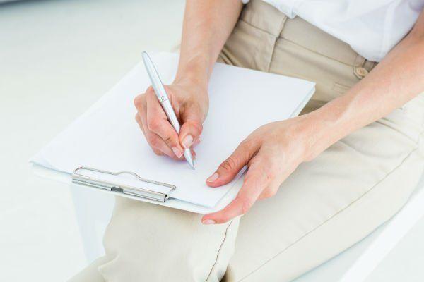 due mani che scrivono su un rilievo di scrittura