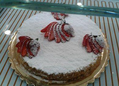 torta con fragole sopra una distesa di zucchero a velo