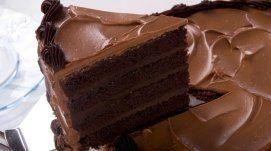 fetta di torta con quattro strati di cioccolato