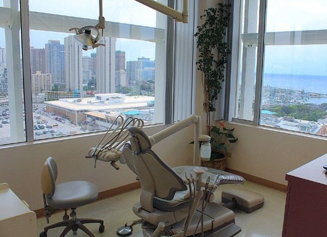 Doctor offering the patient periodontal treatment and dental implant in Honolulu, HI