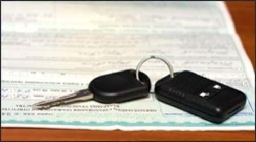 chiavi e un foglio appoggiati su un tavolo