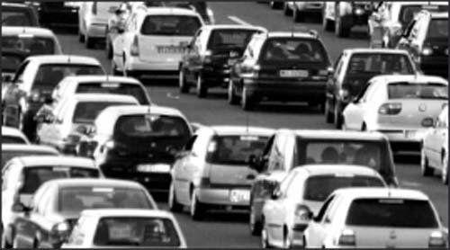 macchine in coda in strada