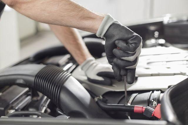 Meccanico che sta facendo una revisione alla vettura - Centro Revisioni Gerace a Scalenghe (TO)