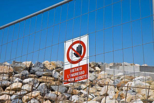 Cartello di divieto in un cantiere di Reggio Calabria