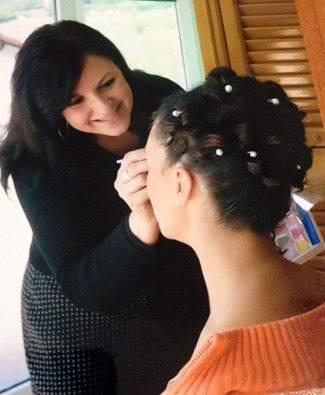 una donna che tocca i capelli di un'altra in un negozio