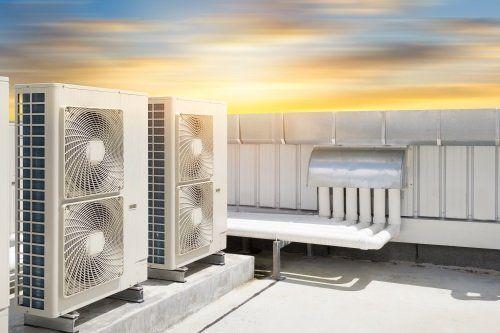 Campo con installazione fotovoltaica