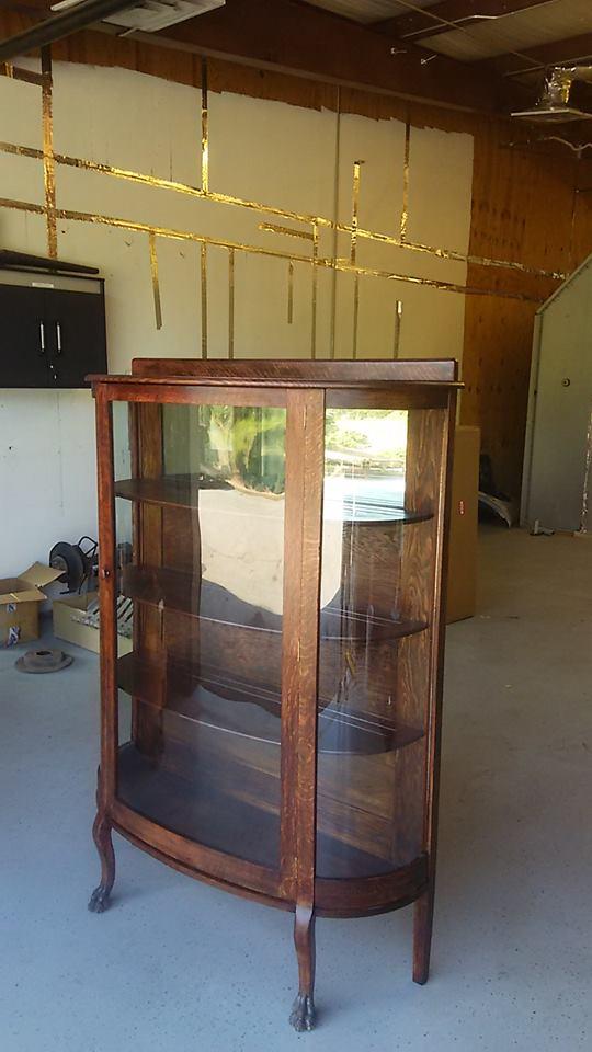 弯曲的玻璃柜