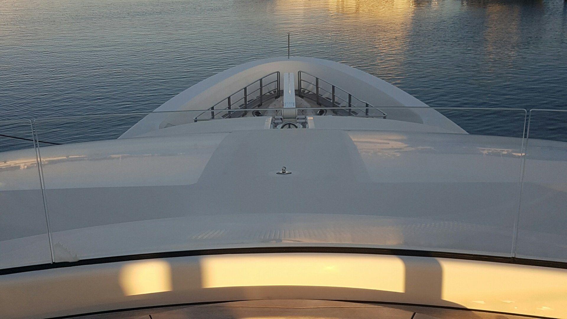 游艇弯曲的玻璃护栏