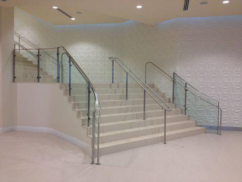 弯曲的玻璃楼梯扶手与点击样式安装