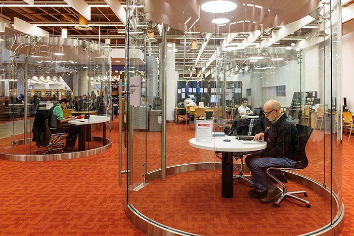 办公室分区的弯曲和弯曲的玻璃