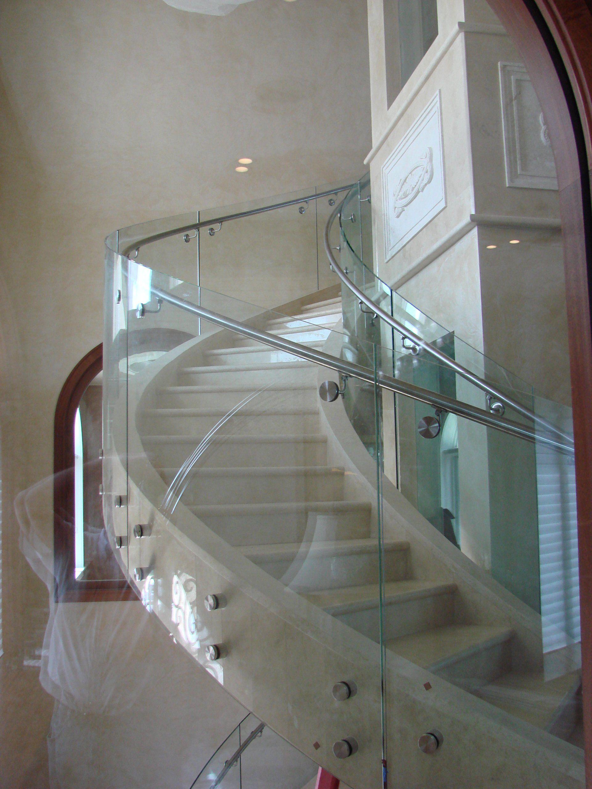 弯曲的玻璃弯曲的楼梯扶手