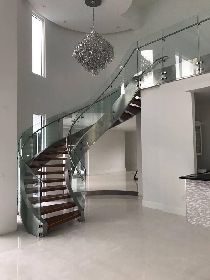 弯曲的玻璃玻璃楼梯