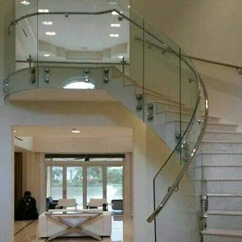 弯曲的玻璃楼梯面板与脱落的架架架起样式。