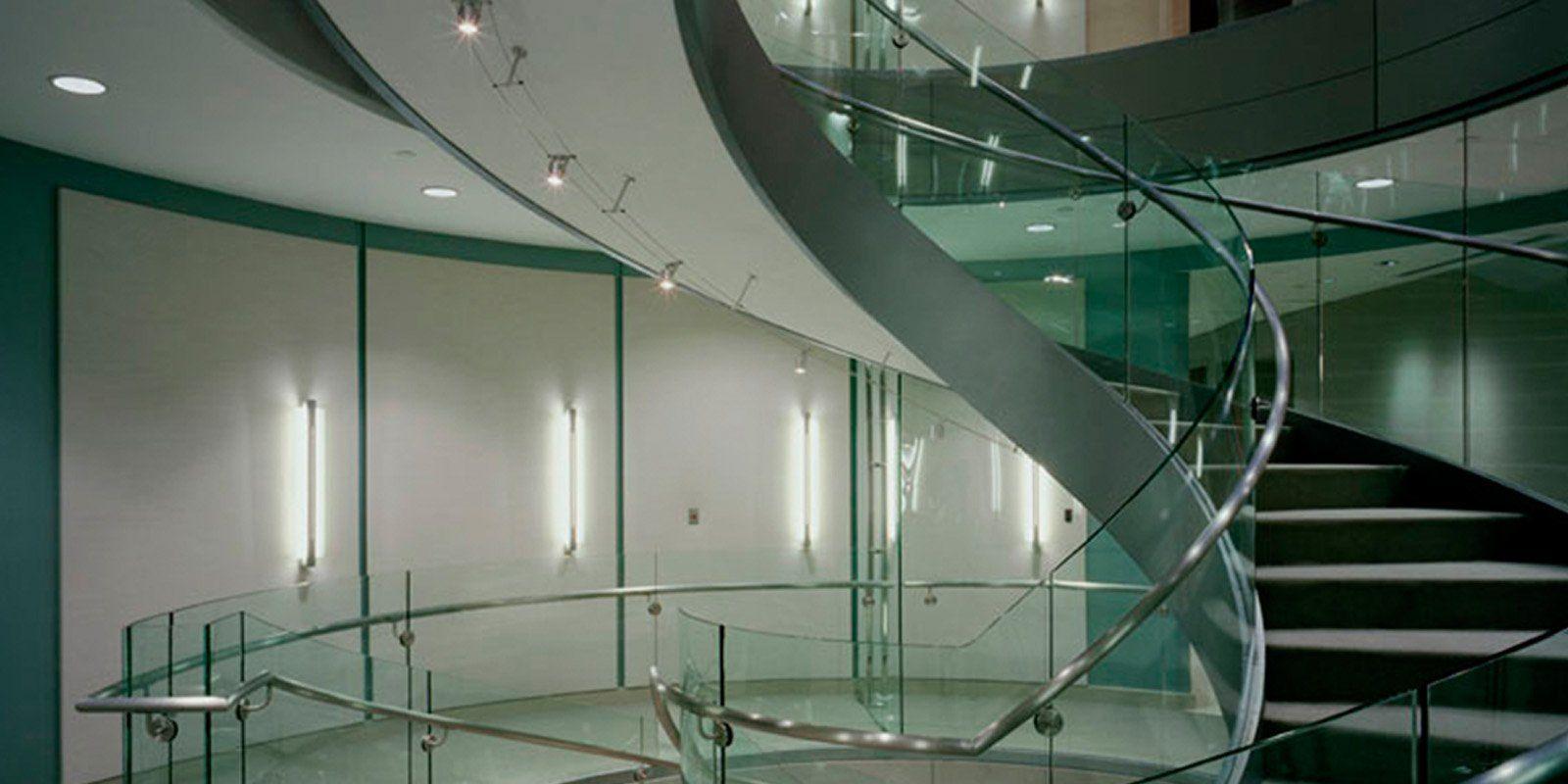 弯曲的玻璃楼梯