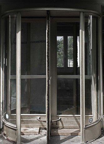 弯曲的玻璃旋转门