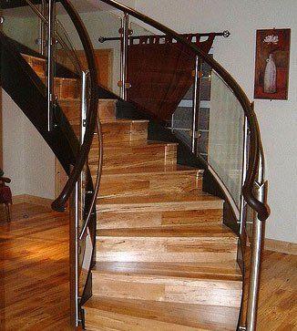 弯曲的玻璃楼梯间