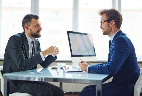 Due uomini in giacca e cravatta conversando