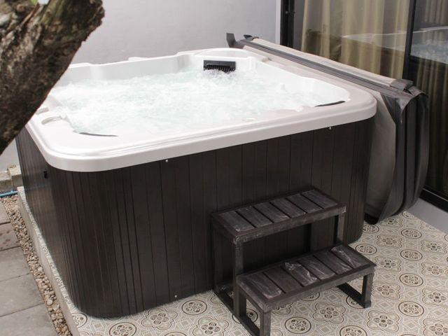 อ่างน้ำร้อนจากุซซี่สำหรับภายนอก อ่างน้ำวน อ่างน้ำสปา สำหรับภายนอกบ้าน และธุรกิจ โรงแรม รีสอร์ท วิลล่า สปา ศูนย์บำบัด อ่างน้ำร้อนจากุซซี่สามารถติดตั้งภายนอกบ้านได้ มีฝาปิดอ่างน้ำ พร้อมระบบนวด ระบบทำน้ำร้อนในตัว แช่น้ำร้อนในอ่างสุดสบาย
