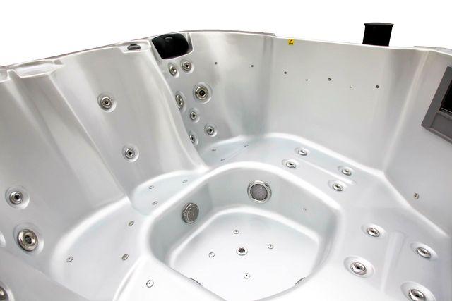 อ่างน้ำจากุซซี่ พร้อมระบบทำน้ำร้อนในตัว ปรับอุณหภูมิได้ตามต้องการสูงสุดที่ 40 องศา เพื่อการแช่น้ำร้อนผ่อนคลาย เพื่อการแช่น้ำร้อนจากุซซี่ด้านสุขภาพ การบำบัดบรรเทาอาการนอนไม่หลับด้วยการแช่น้ำจากุซซี่ อ่างน้ำสปาจากุซซี่สำหรับวิลล่า อ่างจากุซซี่สำหรับรีสอร์ท อ่างจากุซซี่สำหรับโรงแรม อ่างน้ำจากุซซี่สำหรับใช้ภายนอก อ่างจากุซซี่ Outdoor อ่างจากุซซี่ใช้แล้วไม่ต้องเปลี่ยนน้ำ อ่างน้ำจากุซซีใช้วิธีการบำบัดน้ำด้วยคลอรีน อ่างจากุซซี่อุปกรณ์คุณภาพสูงจากสหรัฐอเมริกา อ่างจากุซซี่ระบบจากสหรัฐอเมริกา อ่างสปา อ่างน้ำวนนวดตัว อ่างจากุซซี่อะคลิลิคจากอเมริกา