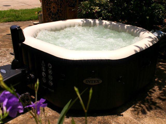 อ่างน้ำร้อนจากุซซี่สำหรับภายนอก อ่างน้ำวน อ่างน้ำสปา สำหรับภายนอกบ้าน และธุรกิจ โรงแรม รีสอร์ท วิลล่า สปา ศูนย์บำบัด อ่างน้ำร้อนจากุซซี่สามารถติดตั้งภายนอกบ้านได้ มีฝาปิดอ่างน้ำ พร้อมระบบนวด ระบบทำน้ำร้อนในตัว เพื่อการแช่น้ำร้อนสำหรับผู้สูงอายุ