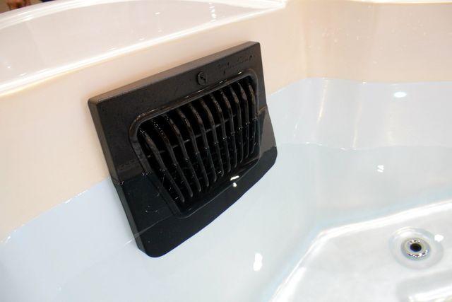 อ่างน้ำจากุซซี่ พร้อมระบบทำน้ำร้อนในตัว ปรับอุณหภูมิได้ตามต้องการสูงสุดที่ 40 องศา เพื่อการแช่น้ำร้อนผ่อนคลาย เพื่อการแช่น้ำร้อนจากุซซี่ด้านสุขภาพ การบำบัดบรรเทาอาการนอนไม่หลับด้วยการแช่น้ำจากุซซี่ อ่างน้ำสปาจากุซซี่สำหรับวิลล่า อ่างจากุซซี่สำหรับรีสอร์ท อ่างจากุซซี่สำหรับโรงแรม อ่างน้ำจากุซซี่สำหรับใช้ภายนอก อ่างจากุซซี่ Outdoor อ่างจากุซซี่ใช้แล้วไม่ต้องเปลี่ยนน้ำ อ่างน้ำจากุซซีใช้วิธีการบำบัดน้ำด้วยคลอรีน อ่างจากุซซี่อุปกรณ์คุณภาพสูงจากสหรัฐอเมริกา อ่างจากุซซี่ระบบจากสหรัฐอเมริกา อ่างสปา อ่างน้ำวนนวดตัว อ่างจากุซซี่พร้อมระบบหมุนเวียนน้ำ