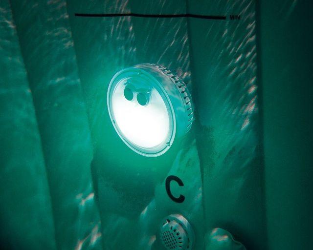 อ่างน้ำร้อน อ่างน้ำจากุซซี่ อ่างน้ำวน อ่างน้ำพร้อมระบบนวด ระบบบำบัดน้ำเกลือ ไฟใต้น้ำของอ่างน้ำร้อนจากุซซี่ ไฟใต้น้ำสำหรับรุ่นระบบแรงดันอากาศ