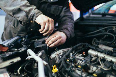 controllo olio e motore in carrozzeria
