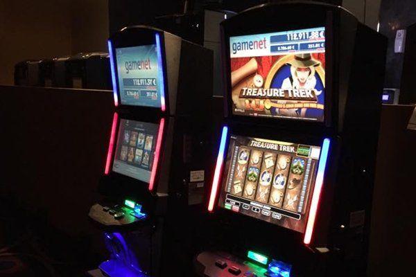 dettaglio sala giochi, slot machines, Torino