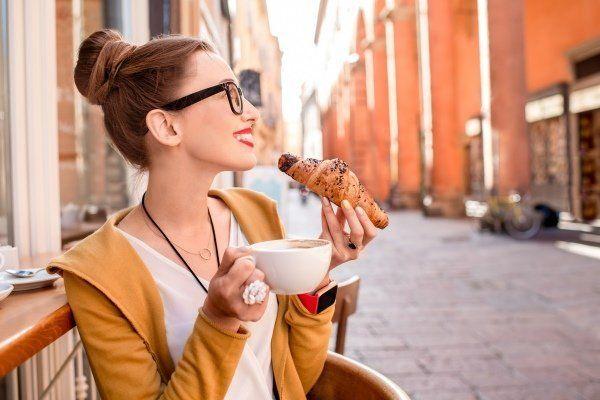 donna bevendo il cappuccino