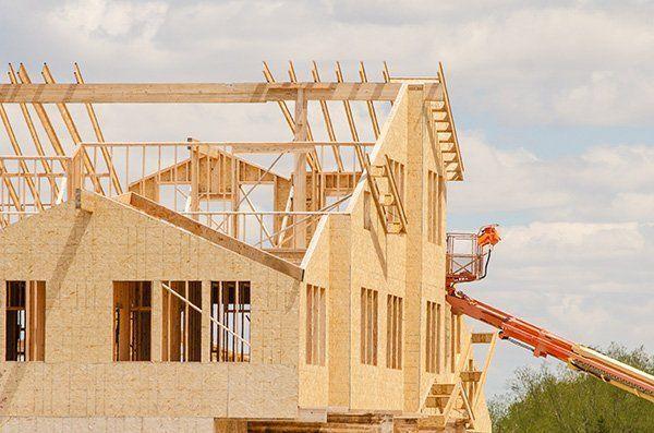 una casa di legno in costruzione