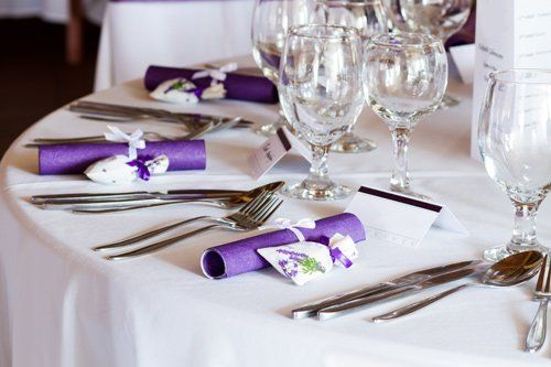 Bicchieri forchette e cucchiaio sulla tavola a Roma