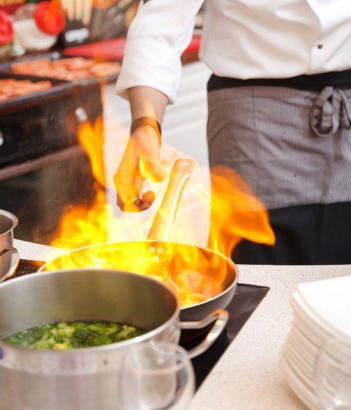 Cuoco prepara il cibo a Roma