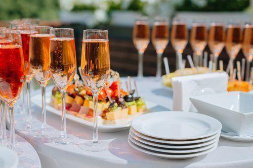 bicchieri e piatti sulla  tavola a Roma