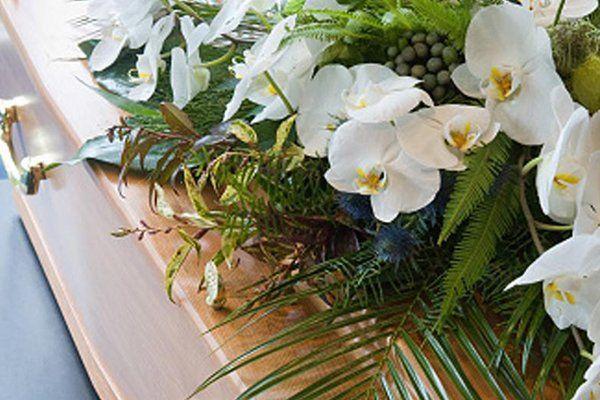 dei fiori bianchi su una bara