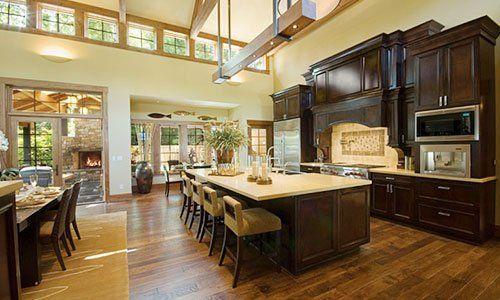 un ampia cucina con mobili in legno