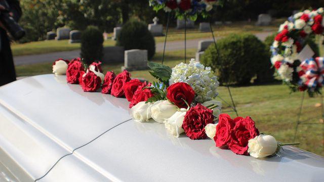 Bara bianco coperto di una fila di rose rosse e bianche