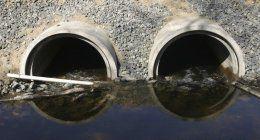 vista di due condotti e dell'acqua
