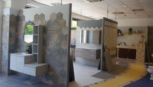 dei mobili da bagno in esposizione