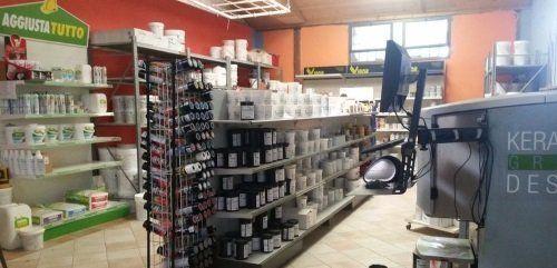 interno di un negozio con dei prodotti su delle mensole