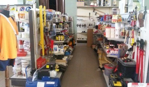 una corsia di un negozio con degli utensili e degli attrezzi