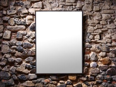 specchio attaccato a una parete in pietra