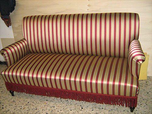 un divano di color oro a righe rosse