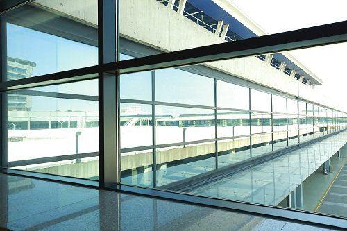Grande ventanal di aeroporto di acciaio e vetro