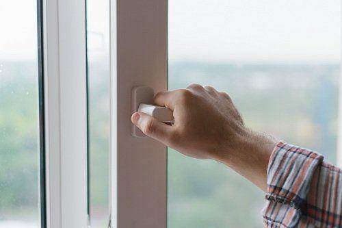 Aprendo una finestra di PVC bianco