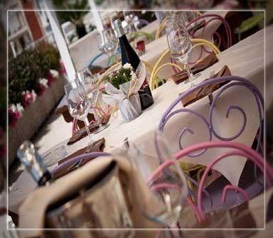 vista laterale di un tavolo apparecchiati nel ristorante
