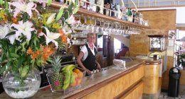 vista laterale di bancone di ristorante con personale